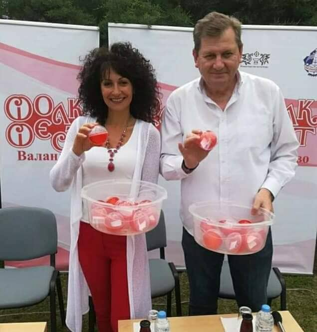 Gjorgji Kallajxhiev dhe Irena Spirovska bëjnë tërheqjen e radhitjes së këngëve në Folk Fest Vallandovë 2019